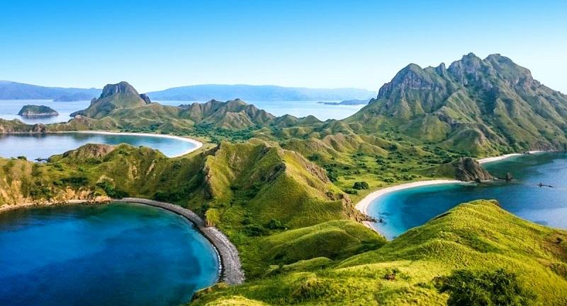 Aktivitas Wisatawan Di Tepi Pantai Kuta Bali