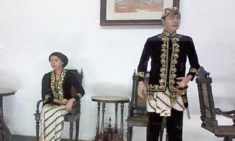 Pakaian adat Jas Beludru