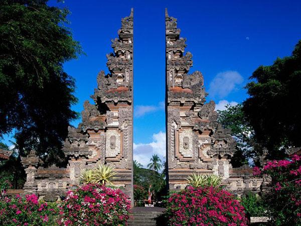 Gapura Candi Bentar Pada Pintu Masuk Rumah Adat Bali