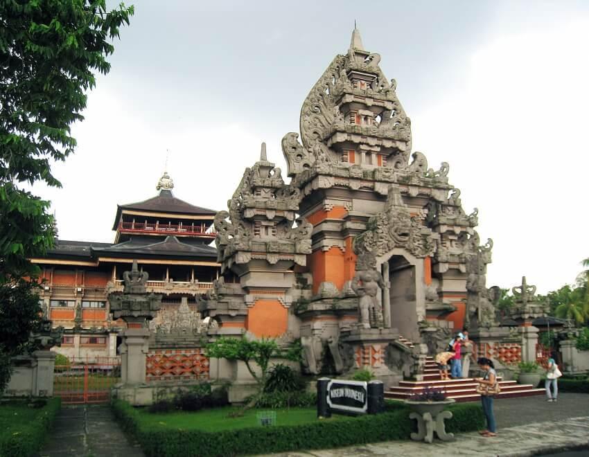Ragam Ukiran dan Hiasan Rumah Adat Bali